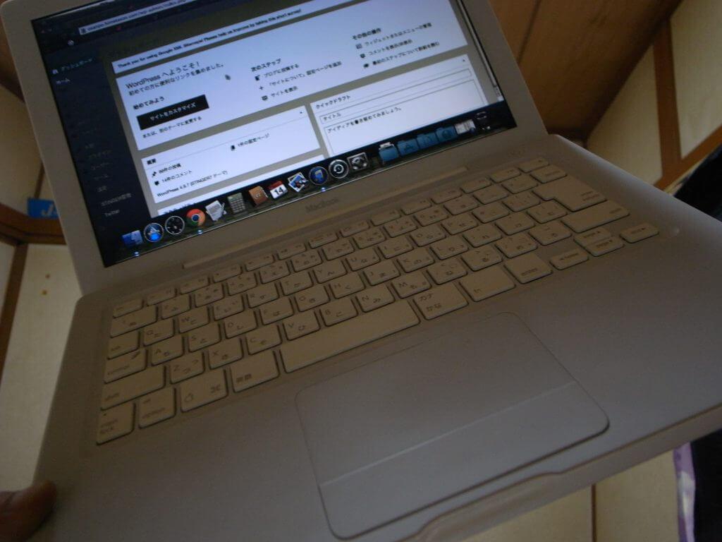 互換バッテリーで白ポリカMacBookが復活。外で使える石板になった